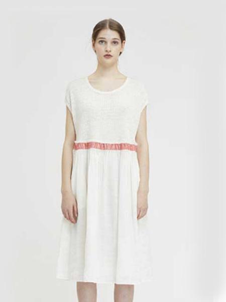 德诗女装品牌2020春夏圆领白色连衣裙