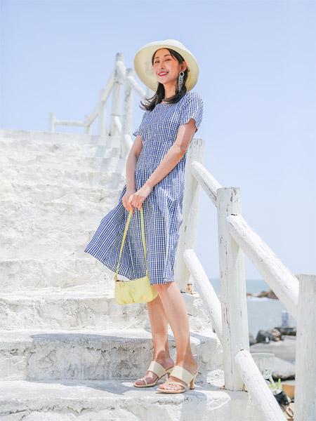 圣卡萝女装品牌2020春夏蓝色格纹连衣裙