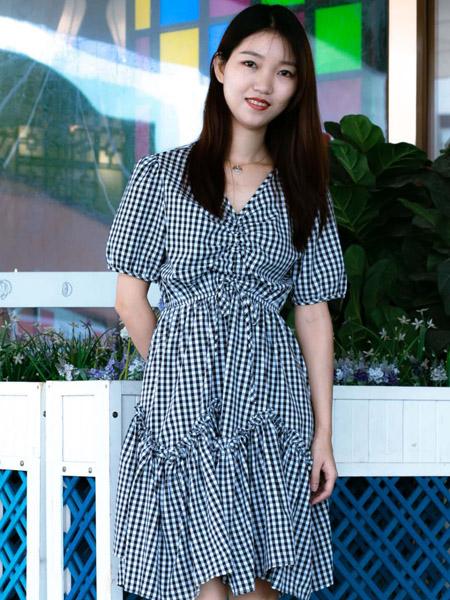 古米娜女装品牌2020春夏V领黑白格纹连衣裙