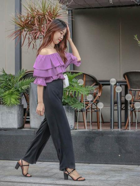 古米娜女装品牌2020春夏露肩紫色上衣