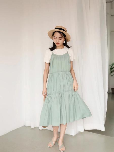 Remember女装品牌2020春夏绿色吊带连衣裙米色T恤内搭