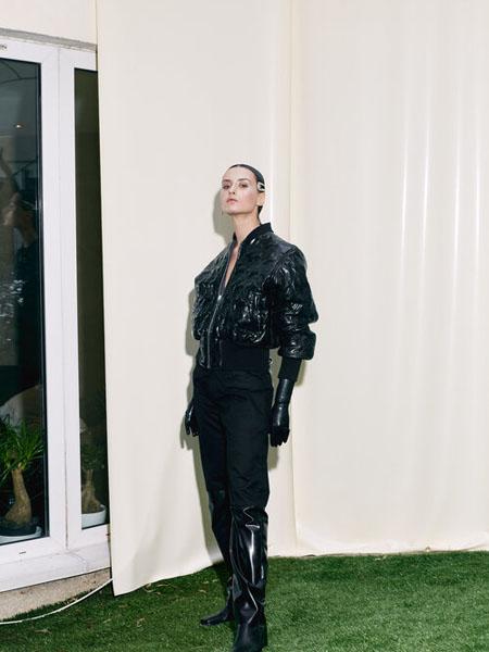 Arthur Avellano国际品牌2020秋季黑色乳胶束手外套