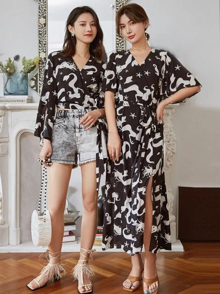 可可尼|COCOON女装品牌2020春夏V领黑色雪纺衫白色动物印花