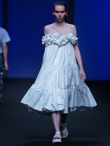 DevilBeauty女装品牌2020春夏白色花瓣宽松连衣裙纯色素雅
