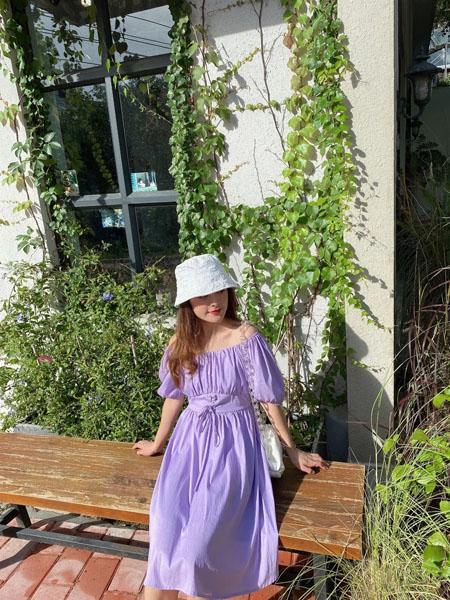 时尚自由点女装品牌2020春夏露肩紫色连衣裙