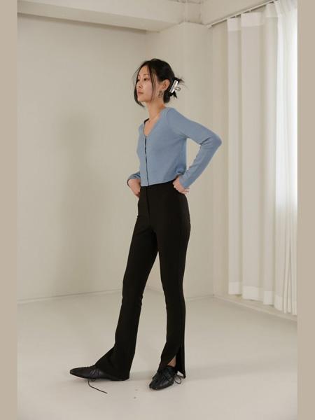 The Centaur女装品牌2020春夏蓝色针织衫黑色紧身裤