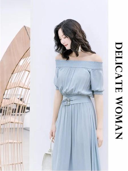 艾尔丽斯aenice女装品牌2020春夏露肩灰蓝色连衣裙