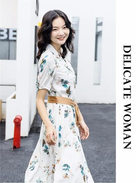 艾尔丽斯aenice女装品牌2020春夏翻领白色收腰连衣裙