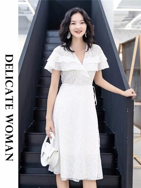 艾尔丽斯aenice女装品牌2020春夏荷叶边白色修身连衣裙