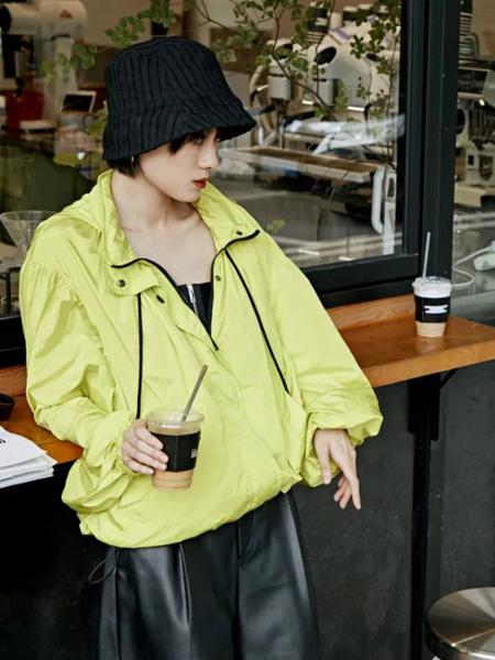 MO&Co.摩安珂女�b品牌2020秋季翻�I�S色外套