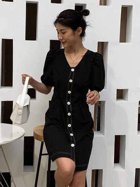 欧珂OLDCOLOUR女装品牌2020春夏单排扣连衣裙