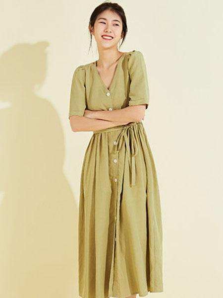 欧珂OLDCOLOUR女装品牌2020春夏单排扣连衣裙V领长款