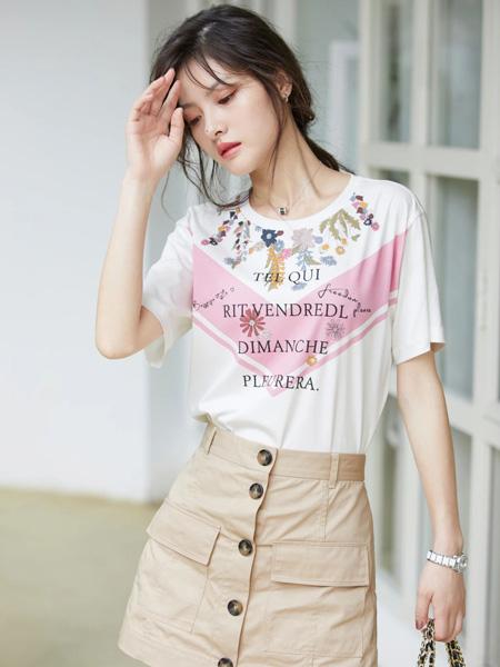 风笛女装品牌2020春夏圆领白色字母T恤卡其色短裙