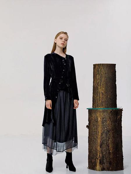意澳女装品牌2020秋季圆领黑色长袖上衣