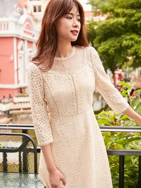 季候风女装品牌2020秋季米色连衣裙收腰