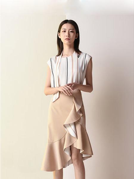 依妙女装品牌2020春夏emu/依妙时尚无袖条纹上衣+荷叶边鱼尾半身裙套装女夏两件套气质