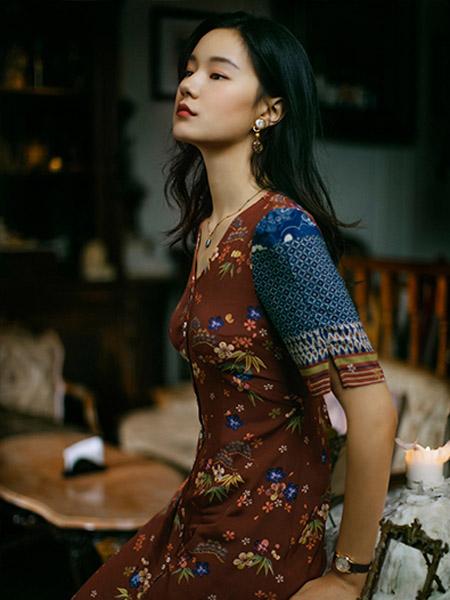 渔女装品牌2020秋季V领修身连衣裙