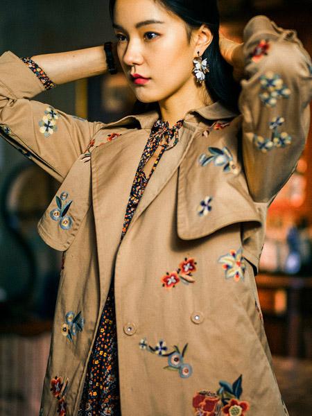渔女装品牌2020秋季刺绣印花卡其色中长款外套