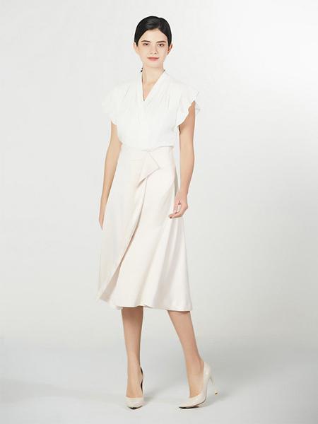 Lyn Fong女装品牌2020春夏V领白色收腰连衣裙