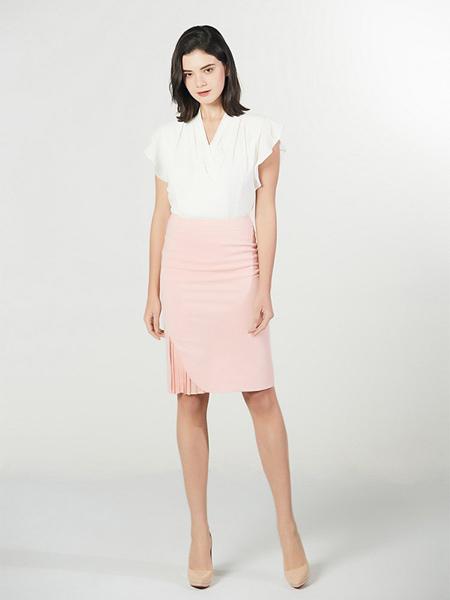 Lyn Fong女装品牌2020春夏V领白色上衣粉色短裙