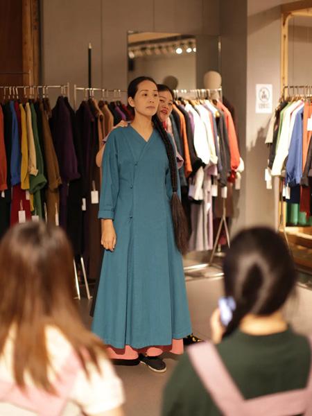 照本堂女装品牌2020秋季V领连襟马褂深蓝色连衣裙