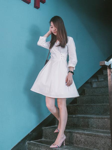 古米娜女装品牌2020秋季白色连衣裙
