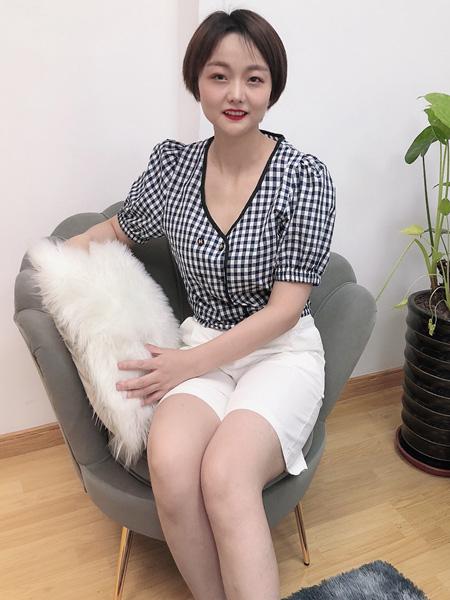 珂希莉女装品牌2020春夏格纹灰白色上衣