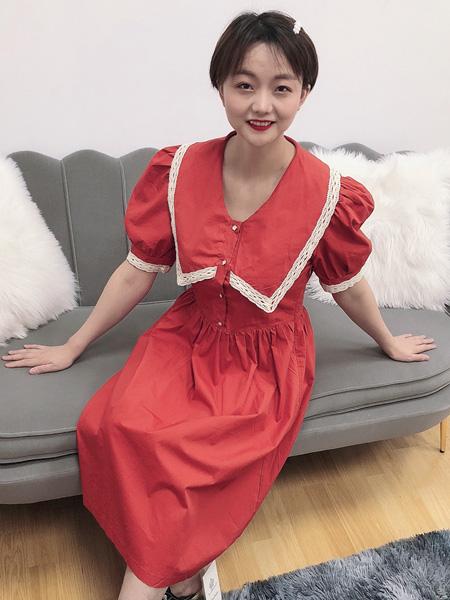 珂希莉女装品牌2020春夏荷叶领大红色连衣裙