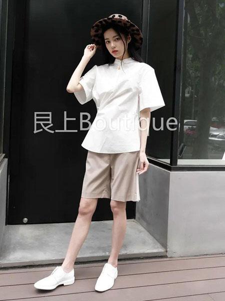 艮上女装品牌2020春夏白色T恤卡其色短裤