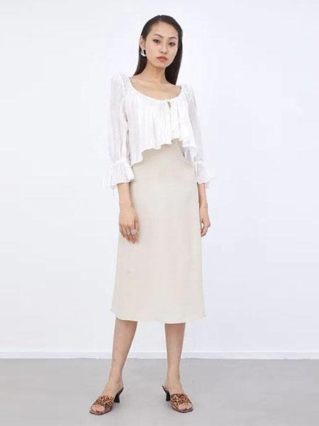 艮上女装品牌2020春夏圆领修身米色连衣裙