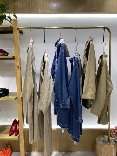 依蘭慕語女裝品牌2020秋冬藍色連帽外套