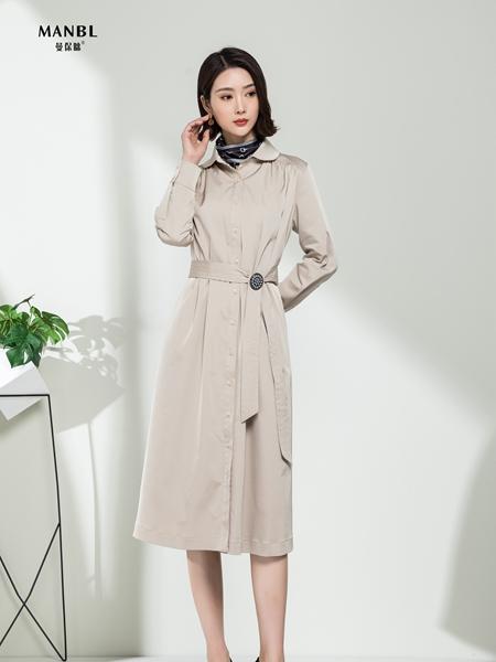 曼保睐女装品牌2020秋季米色中长款收腰风衣连衣裙