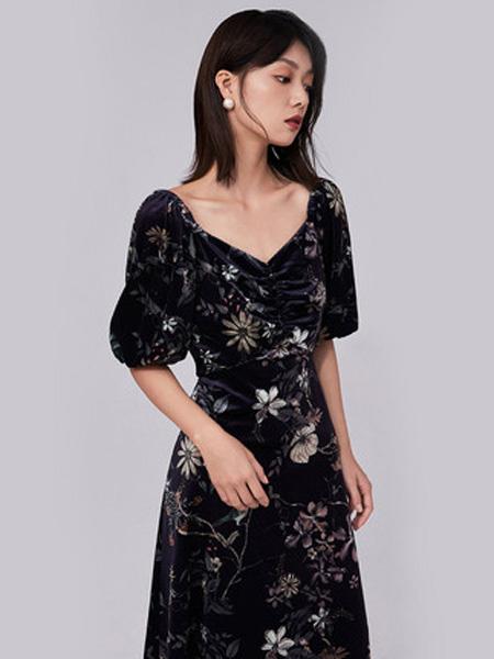 纳薇naivee女装品牌2020秋季naivee纳薇2020秋季新款复古宫廷风丝绒印花灯笼袖连衣裙