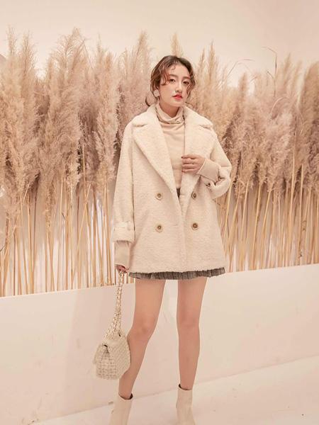 YANG女装品牌2020冬季奶白色快时上衣