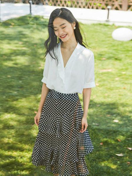 纳薇naivee女装品牌2020春夏Naivee/纳薇2020夏季新款法式复古泡泡袖雪纺短袖白色衬衫小上衣