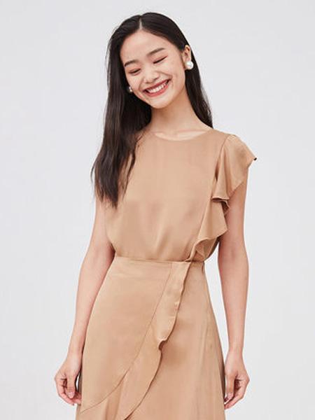 纳薇naivee女装品牌2020春夏naivee纳薇2020夏季新款丝光缎面不规则荷叶边衬衫小上衣