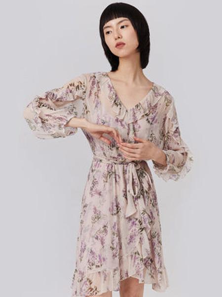 纳薇naivee女装品牌2020春夏naivee纳薇2020夏季新款法式复古V领荷叶边高腰粉印花雪纺连衣裙