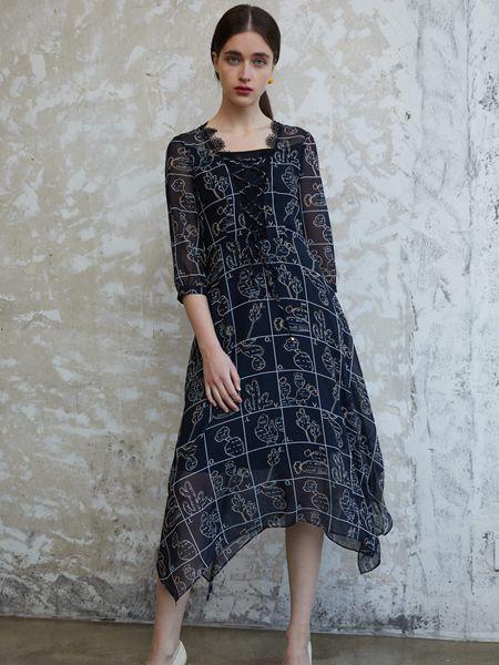 香影女装品牌2020秋季黑色印花半透明连衣裙