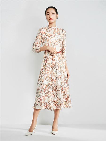粉蓝时尚女装品牌2020秋季白色印花连←衣裙