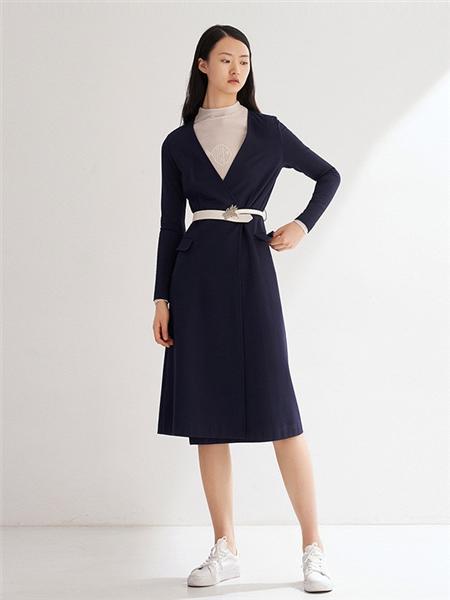 艺之卉|EACHWAY女装品牌2020秋季黑色深V连衣裙
