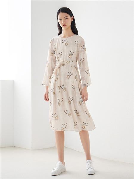 艺之卉|EACHWAY女装品牌2020秋季白色印花连衣裙