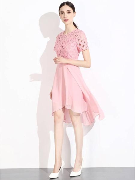 曈日女装品牌2020秋冬粉色镂空连衣裙