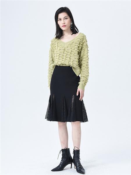 依妙女装品牌2020秋冬青色针织毛衣