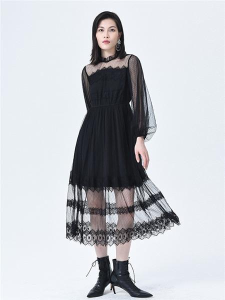 依妙女装品牌2020秋冬半透黑色连衣裙