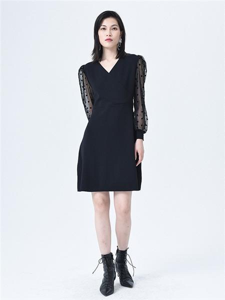 依妙女装品牌2020秋冬波点黑色连衣裙