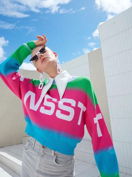 维斯提诺女装品牌2020秋季三色渐变立领字母上衣