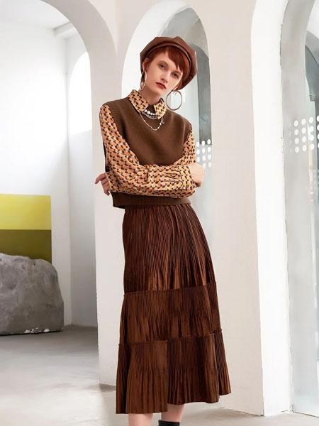 卓多姿女装品牌2020秋季褐色褶纹半身裙