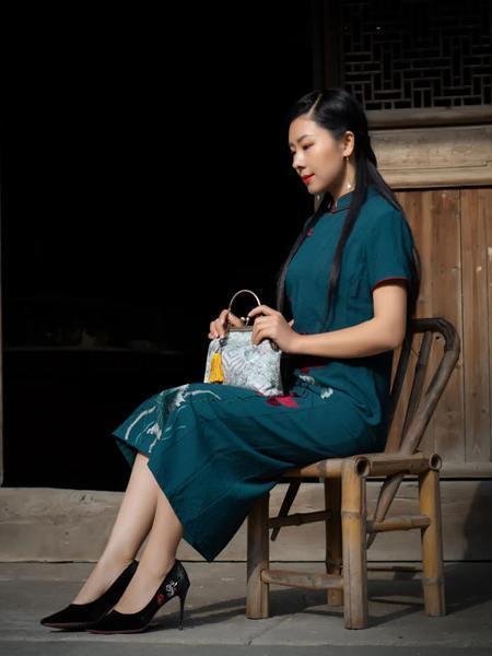 木棉道女装品牌2020秋季立领青色印花连衣裙
