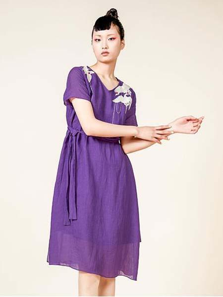 指间沙女装品牌2020春夏刺绣紫色连衣裙