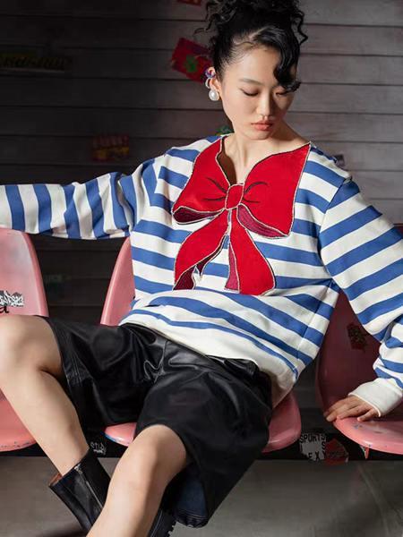 乌丫女装品牌2020秋季礼结蓝白条纹上衣